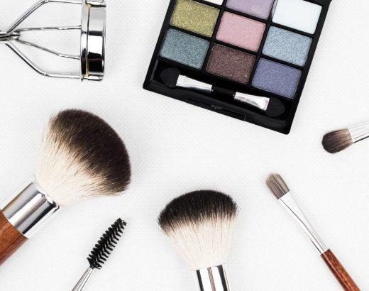 Jaki zestaw kosmetyków dla kobiet – sprawdź pomysły naprezent